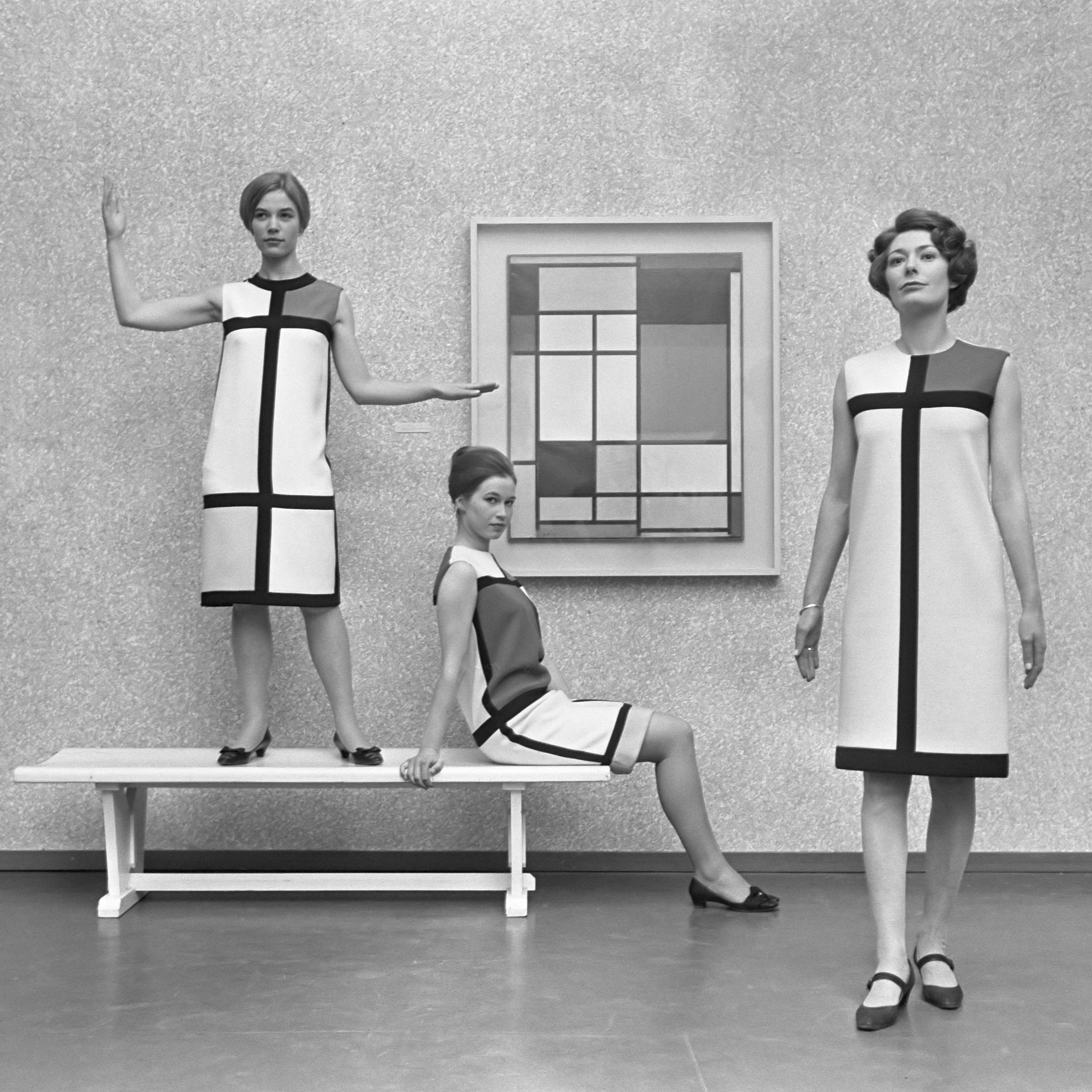 """Kolekcja """"Mondrian"""", Yves Saint Laurent, 1965 Zdjęcie z wystawy Mondriana w Gemeentemuseum w Hadze w 1966 r. Źródło: www.wikipedia.org"""