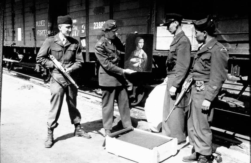Karol Estreicher prezentujący Damę z gronostajem na dworcu w Krakowie, 30.04.1946 r. Źródło: www.wykop.pl