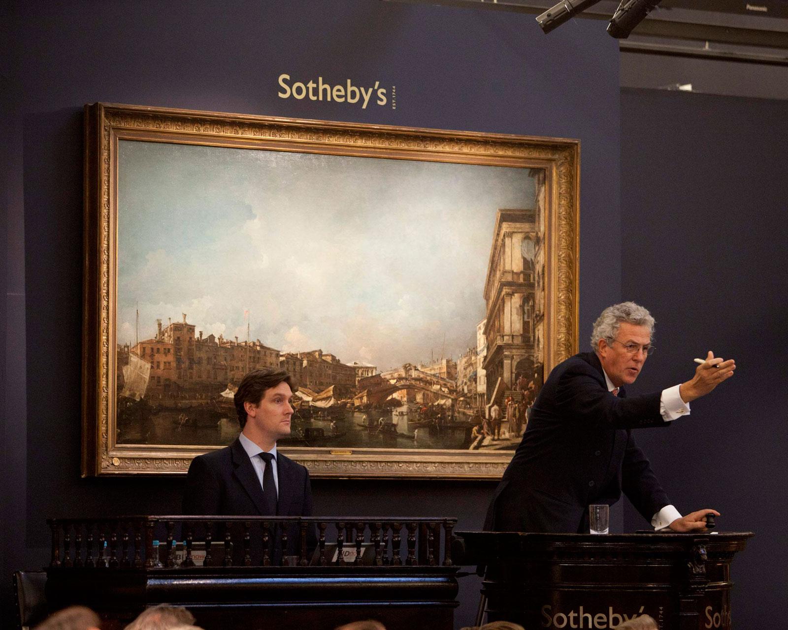 Steve Wyndham, Sotheby's, przybija młotek, potwierdzając sprzedaż obrazu Francesco Guardiego. Źródło: www.melancaster1204.wordpress.com
