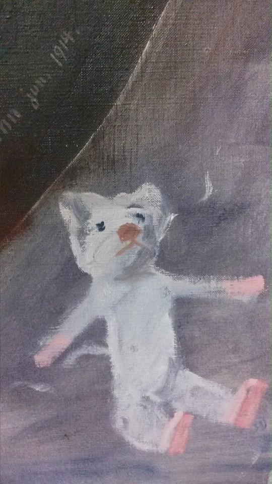 Fragment lica obrazu kryjącego się pod ramę z przedstawieniem białego misia Źródło: Archiwum Galerii ARTYKWARIAT