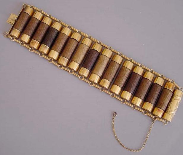 Bransoleta z czasów wiktoriańskich, której ogniwa wykonane zostały z plecionych włosów o różnych odcieniach. Większość elementów biżuterii wymagała długich pasm (do bransolety potrzebowano przynajmniej 50 cm pukli).