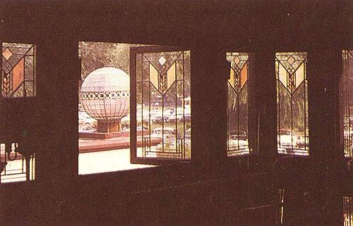 3. Fragment holu z widokiem na taras i jezioro. Wielka kula to element dodany, nie istniejący w oryginalnym projekcie Wrighta. Zdjęcie z około 1960 r. autorstwa Lynn Anderson